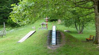 """Der Spielplatz am """"Klösterle"""" in Bad Rippoldsau ist in keinem guten Zustand. Der Gemeinderat hat nun ein neues Spielgerät in Auftrag gegeben. Mit dabei ist auch eine neue Rutsche."""