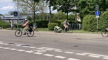 Auf Höhe der Berliner Straße ist das Befahren des nördlichen Radwegs an der Vogesenallee in beide Richtungen erlaubt, wie das Schild zeigt. Eine Straße weiter, an der Einmündung der Röntgenstraße, aber nicht.