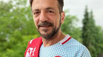 """Süleyman Akin aus Kehl ist leidenschaftlicher Fußballfan und trägt die Farben """"Rot und Weiß"""" mit Stolz. Gut zu erkennen an seinem Schal des SV Neumühl, aber auch an seinem Original-Trikot der türkischen Nationalmannschaft von 2012 mit der typischen Landesflagge."""