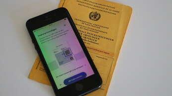 Der digitale Impfnachweis kann in zwei verschiedenen Apps gespeichert werden - in der Coronawarn-App oder in der Cov-Pass-App des Robert-Koch-Instituts.