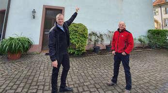 """Berghauptens Bürgermeister Philipp Clever (links) scheint zu sagen: """"Da oben sollen sie wohnen."""" Für die kleine Hufeisennase und das große Mausohr ist der Dachboden auf Initiative von Gemeinderat Jürgen Bergmann (rote Jacke) in Kooperation mit dem Landschaftserhaltungsverband vom Bauhof entsprechend hergerichtet worden."""