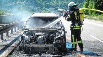 Nicht mehr zu retten war am Montag dieses Fahrzeug auf der B33 bei Biberach. Es brannte aus.