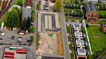Auf dem Areal in der Mitte soll im Süden das geplante Bürogebäude mit Café entstehen. Rechts sind das Kesselhaus und die Kuben der Christian Funk Holding zu sehen.