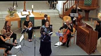 Mezzosopranistin Viola de Galgóczy (Mitte) und die Capella Instrumentalis Ortenau beim Benefizkonzert in Lahr.