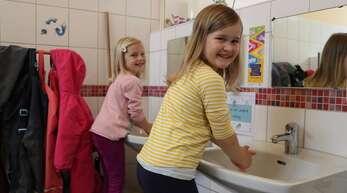 Nach dem Ankommen im Kindergarten geht es als Erstes zum Händewaschen. Das haben die Kinder des Oppenauer Kindergartens St. Christophorus schon verinnerlicht.
