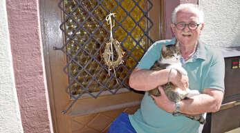 Rudi Seeger aus Gengenbach ist so glücklich, dass er Ausreißerin Fienchen nach 20 Monaten wieder im Arm halten kann.