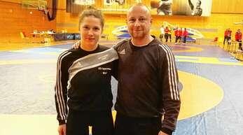 Marie Trayer (KSV Appenweier), hier mit dem südbadischen Landestrainer Mario Sachs, hat bei der Kadetten-EM in Bulgarien zwei Siege aus drei Kämpfen eingefahren.