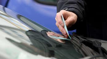 Wer sich nicht an die Parkregelungen hält, riskiert ein Knöllchen hinter dem Scheibenwischer.