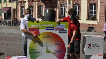 Franz Faißt (links, Verdi) und Jan Wieczorek (DGB) protestieren anlässlich der Gesundheitsministerkonferenz für eine bessere Gesundheitsversorgung.