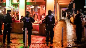 Nordrhein-Westfalen, Bochum. 2019: Polizisten sichern während einer Razzia von Zoll und Polizei eine Shisha-Bar.