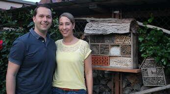 Marco und Anika Gutmann vor dem Insektenhotel von Vater Günter.