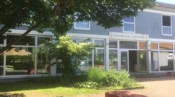 Der Haupteingangs der Leutesheimer Grundschule soll in östliche Richtung zwei Fensterreihen nach links verlegt werden und zwar in die Höhe des inneren Treppenaufgangs zum Obergeschoss. Das bisherige Eingangsportal nebst Treppenstufen wird rückgebaut und der dortige Außenbereich neu gestaltet.