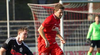 Jonas Pies (rotes Trikot) hat seine schwere Knieverletzung auskuriert und steht gegen den Freiburger FC wieder im Kader des Offenburger FV.