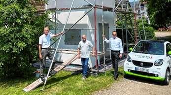 """Ortsvorsteher Jürgen Mußler, """"Pflugwirts""""-Inhaber Karl-Heinz Hund und Stadtwerke-Geschäftsführer Erik Füssgen machten sich ein Bild von den Renovierungsarbeiten an der Haslacher Turmstation."""