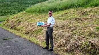 Haslachs Ortsvorsteher Jürgen Mußler zeigt die städtische Wiesenfläche Hafenloch, die mit einer Feldhecke ökologisch aufgewertet werden soll.