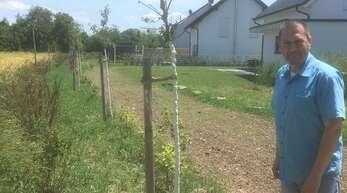 Viel zu nah am Acker stehen die gepflanzten Sträucher am Leutesheimer Ortsrand. Ortschaftsratmitglied Martin Wahl hält die Aktion des städtischen Betriebshofs für sehr unglücklich.