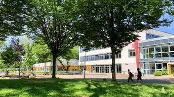 Die Schüler sind wieder da: Im Klassenzimmer und im Bus gilt die Maskenpflicht, auf dem Schulhof und im Sportunterricht nicht. Unser Bild zeigt das Einstein-Gymnasium in Kehl.