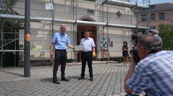 Der Umbau der Kapelle der Begegnung hat bereits begonnen. Links Jochen Cornelius-Bundschuh, Landesbischof der Evangelischen Kirche in Baden, rechts Christian Albecker, Vorsitzender der protestantischen Kirchen in Elsass und Lothringen.