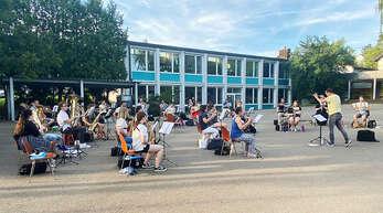 Endlich ist es wieder soweit, die erste Gesamtprobe des Musikvereins mit Dirigent Alexander Huber fand wieder im Schulhof statt.