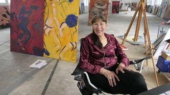 Die Künstlerin Karla Kreh in ihrem Atelierraum in der Schramberger Majolika.