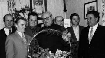 Edmund Benz (rechts) im Jahr 1971 im Kreis seiner Schuhmacherkollegen.