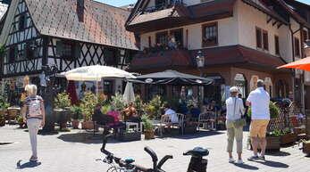 Der Marktplatz in Kappelrodeck ist ein beliebter Treffpunkt für Tagesgäste. Sie kommen als Wanderer, mit dem Rad, dem Motorrad und dem Auto.