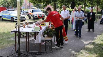 Vertreter der Hilfsdienste trugen beim Einzug Kerzen mit den Symbolen der Hilfsdienste, die Felix Schmidt von der Liebfrauen-Pfarrei gefertigt hatte.