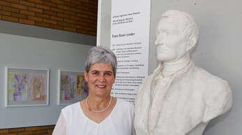Petra Dollhofer ist die erste Rektorin in der Schule von Franz Xaver Lender, die er 1875 gründete – hier die Schulleiterin mit einer Skulptur Lenders, den sie auch als Foto auf ihrem Schreibtisch stehen hat.