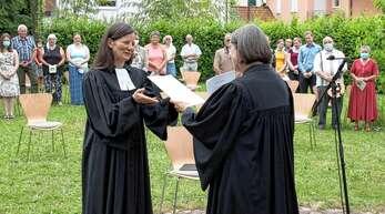 Viele gute, ermutigende und hoffnungsvolle Worte nahm die neue Pfarrerin Felicitas Otto (links) mit auf den neuen Abschnitt ihres Lebens- und Glaubensweges – hier bei der Verleihung der Ordinations-Urkunde durch Prälatin Dagmar Zobel.