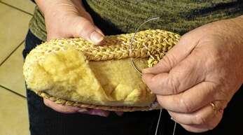 FürsVernähen des Bastzopfes mit den Stofflagen verwendet Inge Schnaider eine Halbrundnadel.