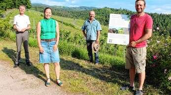 Infotafel über den Lebensraum Kleinterrassen in Haslach: von links Ortsvorsteher Jürgen Mußler, Katja Remer, Franz Benz und Manuel Graf.