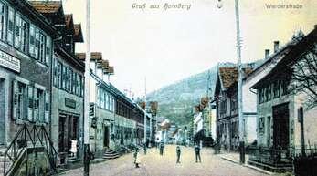 Auf der Postkarte aus früheren Zeiten ist in der Bildmitte das Geburtshaus der Heimatdichterin Anna Hofheinz-Gysin abgebildet. Das frühere Realgymnasium (rechts) beherbergt heute die Pilzlehrschau.
