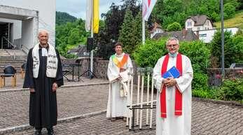 Pfarrer Thomas Krenz (links), Gemeindereferentin Katharina Gerth und Pfarrer Christoph Nobs beim Patrozinium