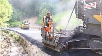 Mit schwerem Gerät rückten die Bauarbeiter an, um die Landesstraße in Wildschapbach zu asphaltieren