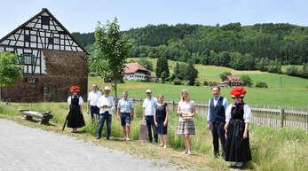 Ein historischer Grenzstein markiert künftig die Gemarkung des Effringer Schlössles. Umrahmt von Trachtenträgerinnen freuen sich Bürgermeister Ulrich Bünger (von links), Thomas Hafen, Wolfgang Dürr, Timo Roller, Heide Dittus, Margit Langer und Bürgermeister Siegfried Eckert.
