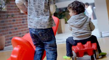 Auf dem Symbolfoto spielen zwei Jungen in einer U3-Gruppe. In Ramsbach werden im Kindergartenjahr 2021/22 20 zusätzliche U3-Plätze in Wohncontainern eingerichtet.