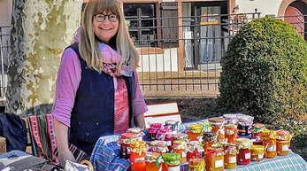 """Erika Gaiser vom Freundeskreis Bolivienhilfe """"Inti Ayllus"""" verkauft auf dem Schiltacher Wochenmarkt Marmeladen. Mit dem Geld sollen Masken und Hygieneartikel gekauft werden, um die Ausbreitung von Corona zu verhindern."""
