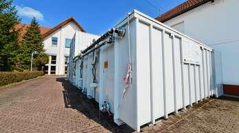 Auf dem Parkplatz der Graf-Reinhard-Halle in Rheinbischofsheim (weiß) steht diese wuchtige Containeranlage zur Sanierung der Grundwasserfahne unter der einstigen chemischen Reinigung in der Hauptstraße.