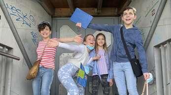 Faxen machen beim Ufo (von links): Sophia, Caroline, Isabella sowie Niclas haben bei der Schnitzeljagd sichtlich Spaß.