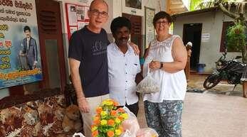 Gerald Arbogast und Jutta Doms-Arbogast mit Siri Rajapaksha (Mitte), dem Leiter des Altenheims in Bentota.