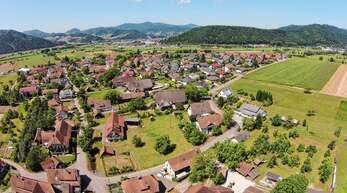 Der Dorfkern Unterentersbach aus der Vogelperspektive. Gut zu sehen die Bauernhöfe mit großen Freiflächen entlang des Dorfbachs (lange Baumreihe links).
