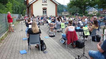 Blasmusik nach dem Lockdown: Die Stadtkapelle Wolfach absolvierte ihre erste Probe nach der monatelangen Zwangspause unter freiem Himmel vor dem Alten Bahnhof. 57 von aktuell 80 Musikern waren beim Neustart mit von der Partie.