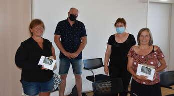 Ortsvorsteherin Gabriele Ganz (2. von rechts) und ihr Stellvertreter Bernd Hörnel (2. von links)bedankten sich – stellvertretend für alle Teilnehmer an der Müllsammel-Aktion – bei ReginaMeyer (links) und Isabella Müll.