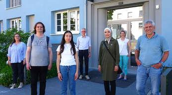Die vier ehrenamtlichen Lernbegleiter (vorne von links) Thomas Mlynarczyk, Layla Sadaat, Reem Dannawi und Thomas Martin gemeinsam mit der Projektleiterin Stefanie Studer (hinten links), dem Leiter der Gemeinwesenarbeit Kreuzmatt, Tilman Berger, und der Bildungskoordinatorin Aurore Wenner.