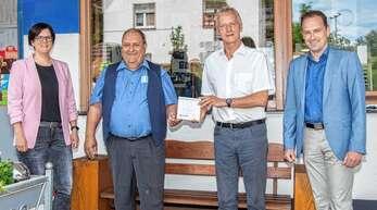 Rundum zufrieden: von links Geschäftsstellenleiterin Julia Kiefer, Tankstellenbetreiber Alfred Brucher, Vorsitzender Henry Heller und Bürgermeister Richard Weith.