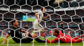 Symbolisch: Während Harry Kane jubelnd abdreht, sind Mats Hummels (l.) und Manuel Neuer am Boden. Auch die Routiniers konnten das frühe EM-Aus der deutschen Nationalmannschaft nicht verhindern.