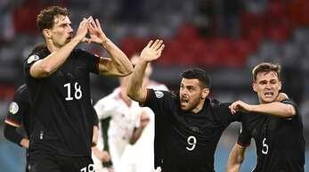 Leon Goretzka (li.) bejubelt den erlösenden Treffer zum 2:2 gegen Ungarn.