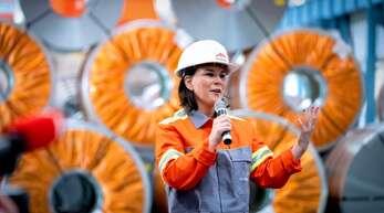 Annalena Baerbock im Stahlwerk in Eisenhüttenstadt