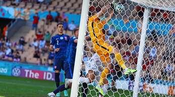 Das (Eigen-)Tor des Turniers: Der Slowake Martin Dubravka schmettert sich den Ball gegen Spanien selbst ins Netz.