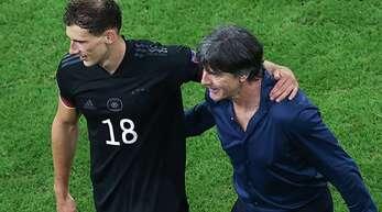 Bundestrainer Joachim Löw (re.) beglückwünscht Torschütze Leon Goretzka.